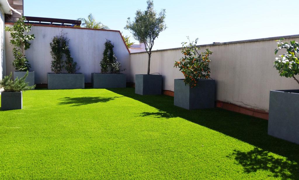 cespedartificial_terraza_jardineras