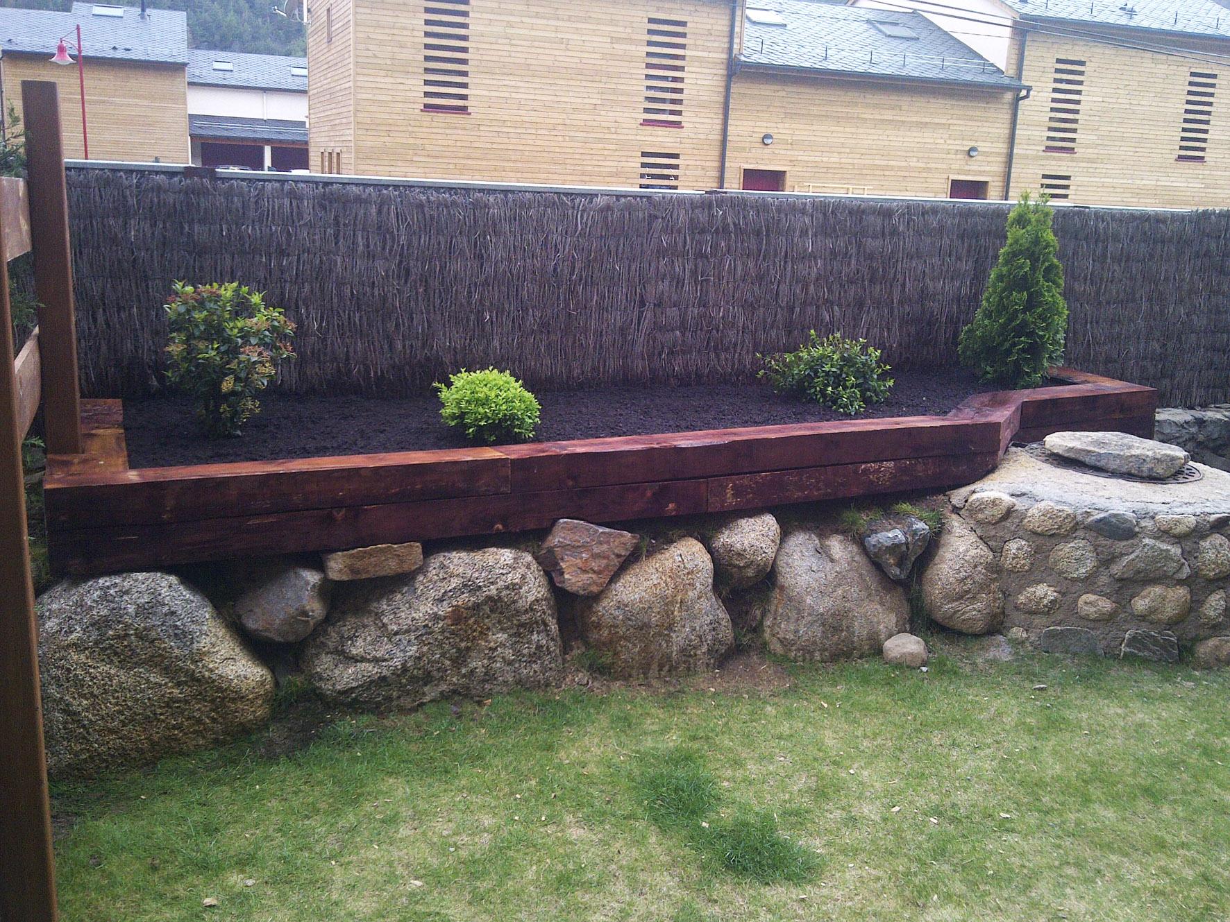 Jardines y terrazas quercus jardiners for Antorchas para jardin precio