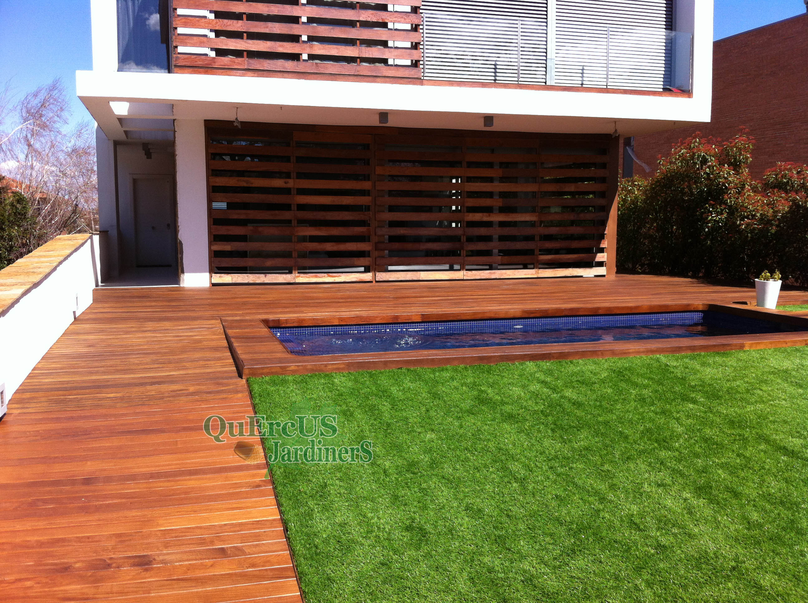 Terrazas con cesped artificial y tarima great actualmente for Tarima piscina